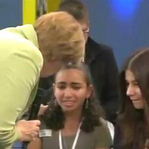 Traurig: Merkel bringt Mädchen zum Weinen